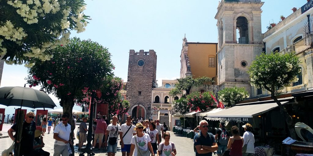 """Площада """"9-ти Април"""" в Таромина,Сицилия"""